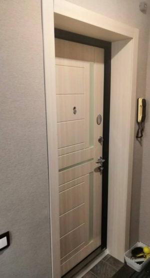 входная светлая межкомнатная дверь недорого купить